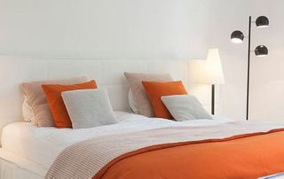 Lit double et couette orange