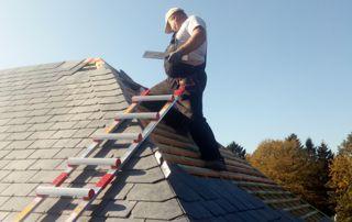 couvreur sur toit incliné