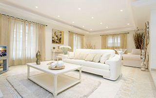 salon avec luminaires au plafond