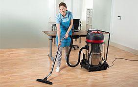 Femme de ménage qui passe l'aspirateur