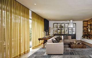 tentures fines jaunes dans salon