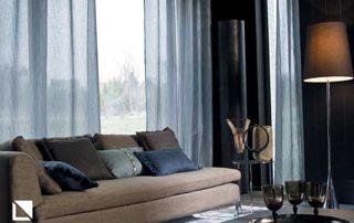 salon avec canapé et rideaux bleu foncé