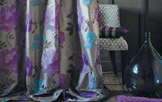 tenture grise à motifs violets et bleus
