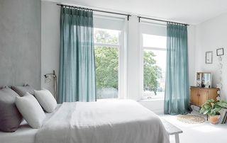 rideaux bleus dans chambre à coucher