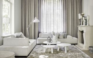 rideaux transparents sous doubles rideaux occultants dans salon