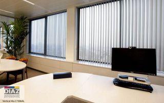 stores à bandes verticales dans bureau