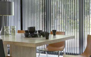 stores à lamelles verticales dans salle à manger