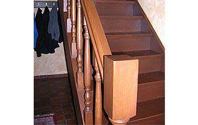 escalier droit et étroit en bois