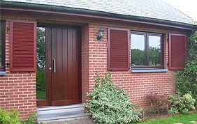 maison avec fenêtres et porte extérieure en bois