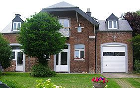 belle maison avec portes et fenêtres pvc blanc