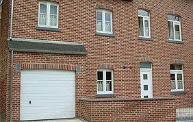 maison avec fenêtres en PVC blanc