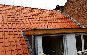 toiture inclinée en tuiles avec fenêtre