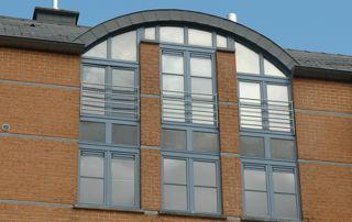 grande fenêtre avec profilés en bois