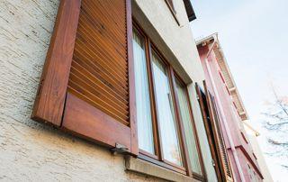 volets et fenêtre en bois