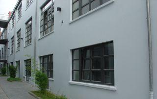 façade avec châssis gris foncé
