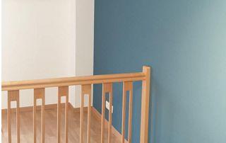Rampe d'escalier et mur bleu canard