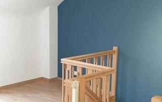 Hall d'escalier peint en bleu