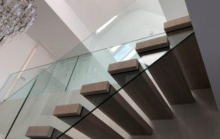 escalier en bois avec rampe en verre