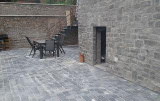 cour pavée aménagée en terrasse