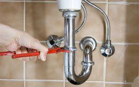 intervention d'un plombier sur un lavabo
