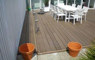 terrasse en bois décorée de meubles de jardin blancs