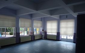 Grande pièce vide et stores enrouleurs