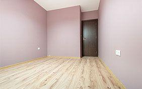 pièce avec sol parquet et murs roses