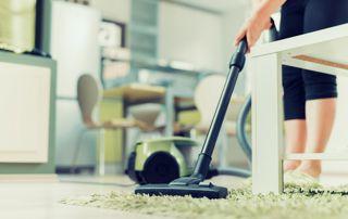 aide ménagère passant l'aspirateur