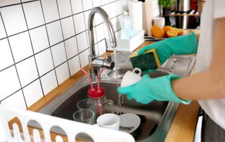 Femme de ménage faisant la vaisselle
