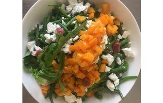 plat a la carte avec légumes et fromage de chevre
