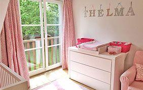 rideaux roses dans chambre d'enfant
