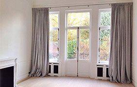 grandesz tentures au sol gris clair sur baie vitrée