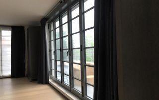 tentures foncées devant baies vitrées