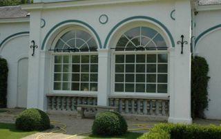 grandes fenêtres à croisillons