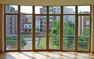 baie vitrée avec profilés en bois