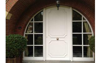 Porte arrondie avec fenêtres à croisillons