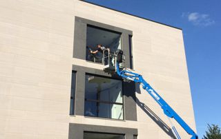 nettoyage de vitre en hauteur avec élévateur