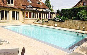 piscine extérieure et terrasse en carrelage