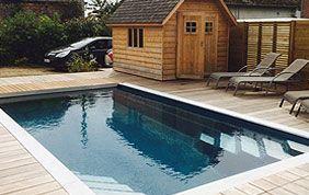 belle piscine avec abri et transats