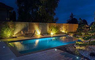 éclairage nocturne piscine extérieure