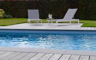 piscine devant terrasse en bois