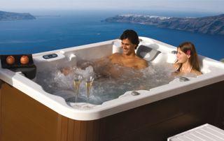 couple se prélassant dans un spa extérieur