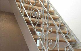 escalier avec garde-fou en fer forgé