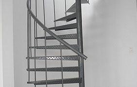 Escalier en métal en colimaçon