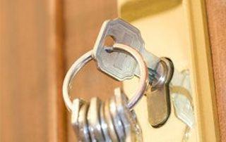 Trousseau de clés dans une serrure