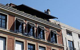 Façade avec fenêtre et protection solaire extérieure