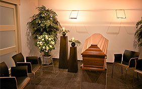 chaises autour d'un cercueil pour veillée funèbre