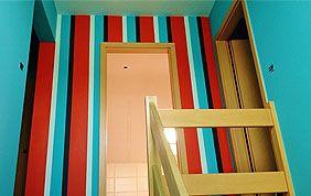 Hall de nuit rouge et bleu turquoise