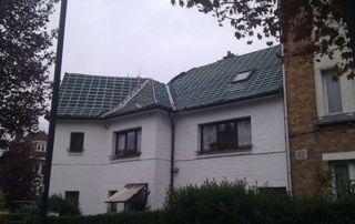 maison blanche avec couverture en tuiles