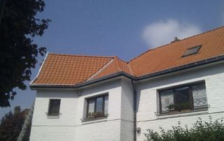 maison blanche avec toiture en tuiles
